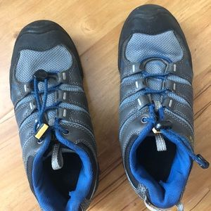 Keen boys hiking shoes. Size 4